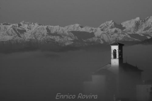 Alba sul gruppo del Rosa visto dal Canton Ticino (Morbio Superiore). La nebbia si muove come un mare in tempesta al rallentatore. Foto Enrico Rovira.
