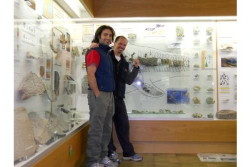 Fabrizio e Ste! Sullo sfondo l'unico Ittiosauro della formazione di Buchenstein trovato da Johann Mattihas Comploj e Mainhard Strobl