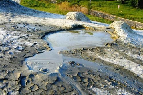 Una salsa durante una fase eruttiva. In questa zona, l'emissione continua di fango poco viscoso non consente la formazione del caratteristico cono.