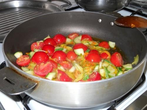 Pasta ai fiori di zucca con pomodorini e zucchine