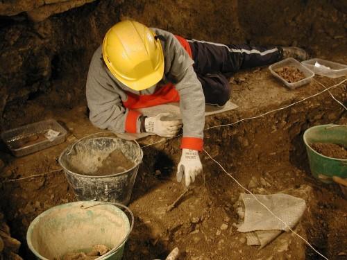 Scavo in grotta in sedimenti argillosi. Inizialmente non si vede la stratigrafia