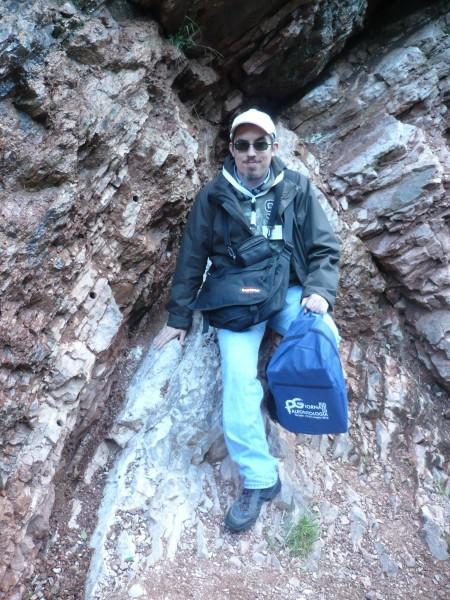 Daniele Tona e il livello che segna il passaggio dal Mesozoico al Cenozoico - Gola del Bottaccione nei pressi di Gubbio