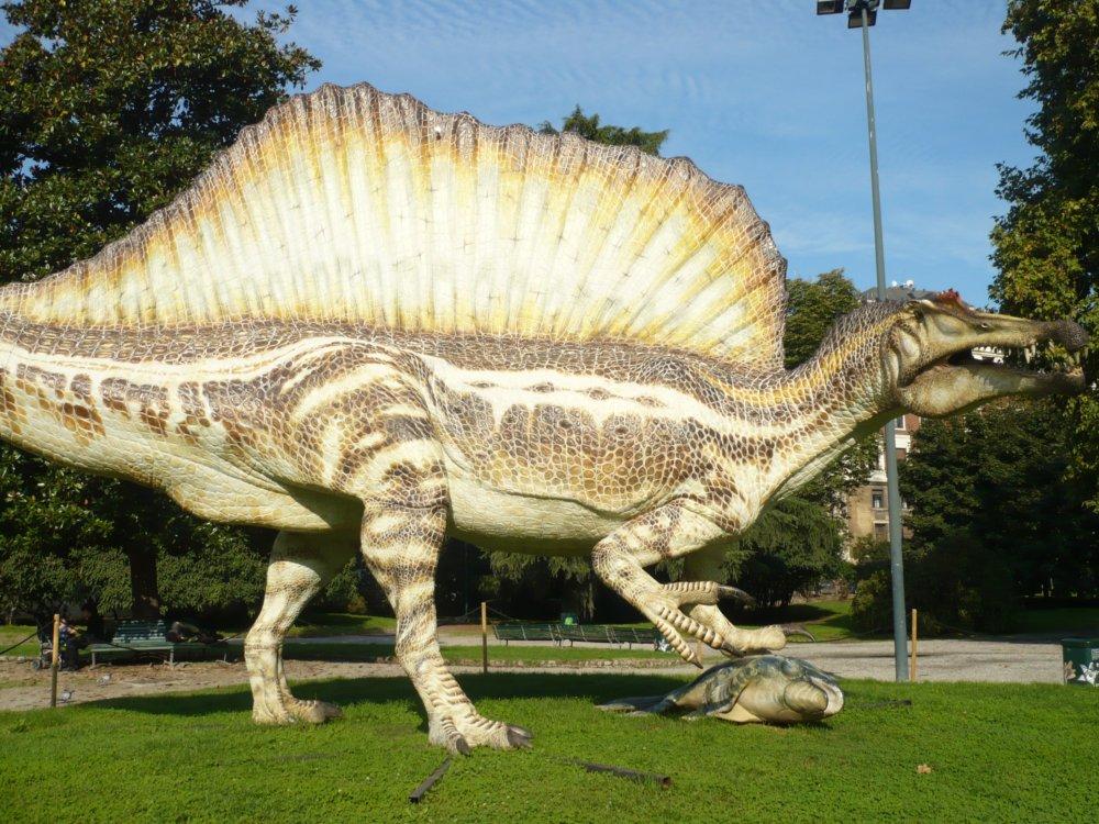 Spinosauro - Il modello a grandezza naturale esposto fuori da Palazzo Dugnani